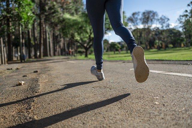 ジョギングやウォーキングをする